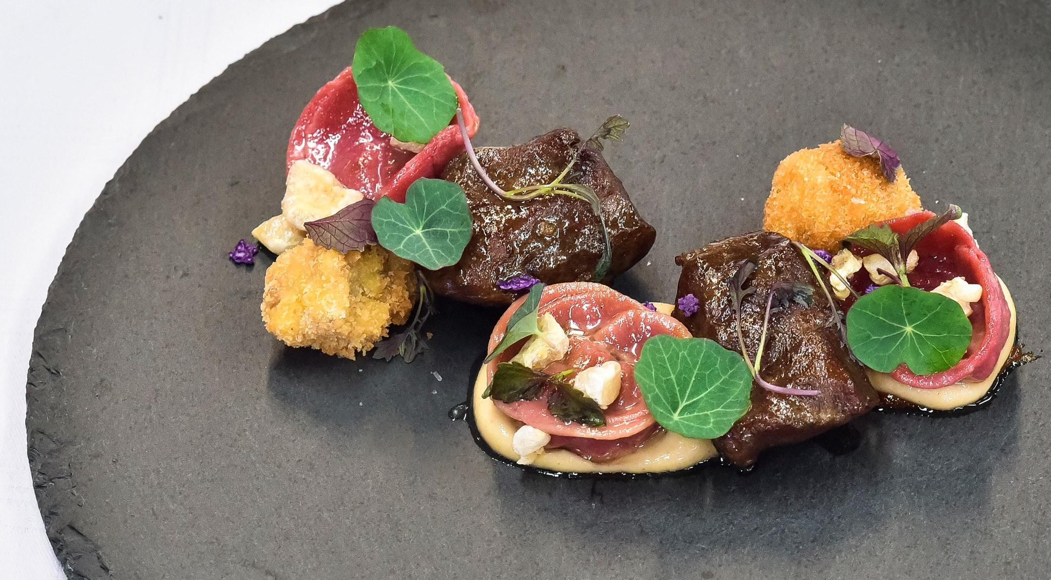 Rodrigo Sandor - Joues de porc et purée de chou-fleur caramélisée, coulis de raisins secs, tortellini de betterave