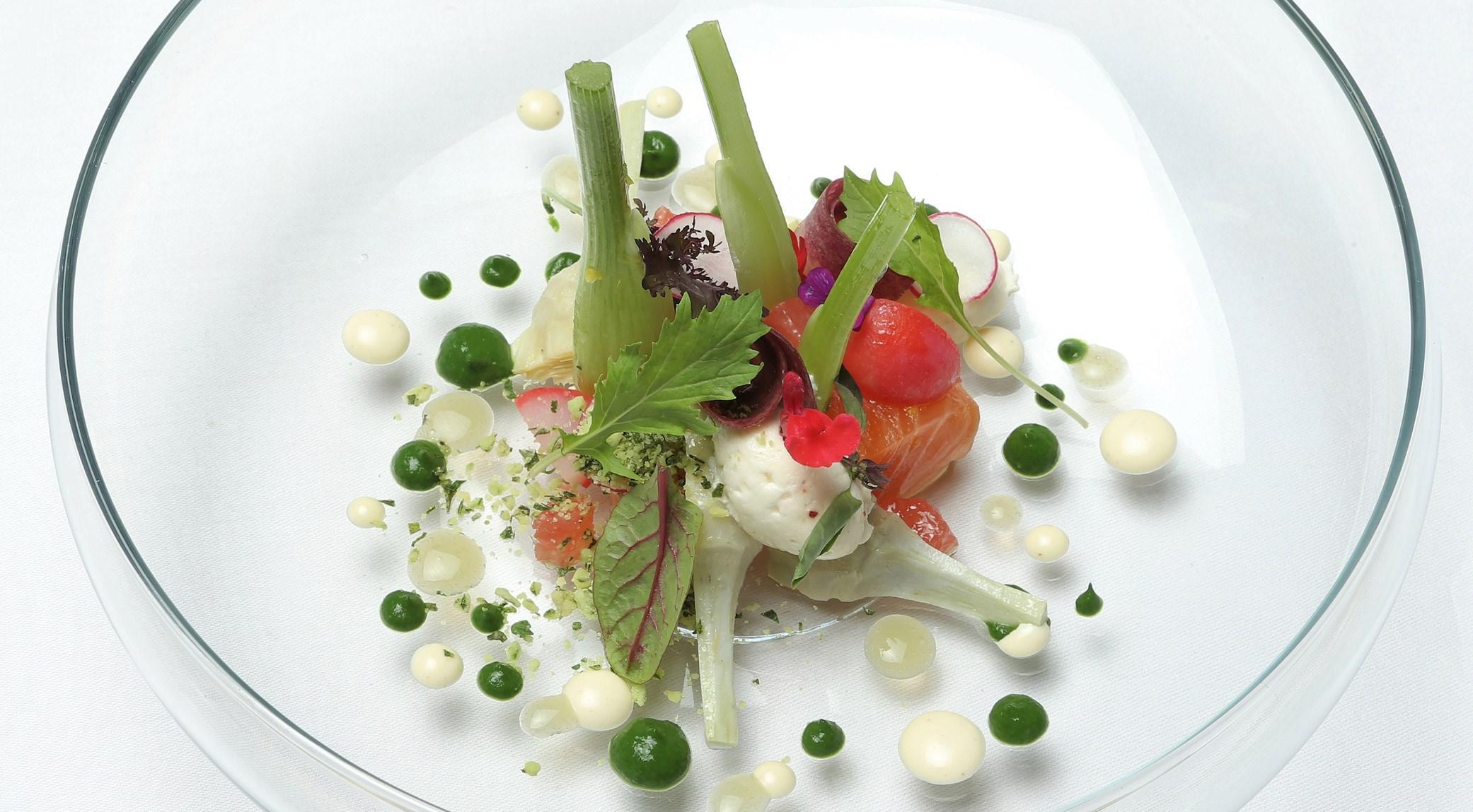 Anne-Sophie Taurines - Saumon mariné, légumes du jardin, roquette, pomme verte, sauces au gingembre, condiments et fleurs