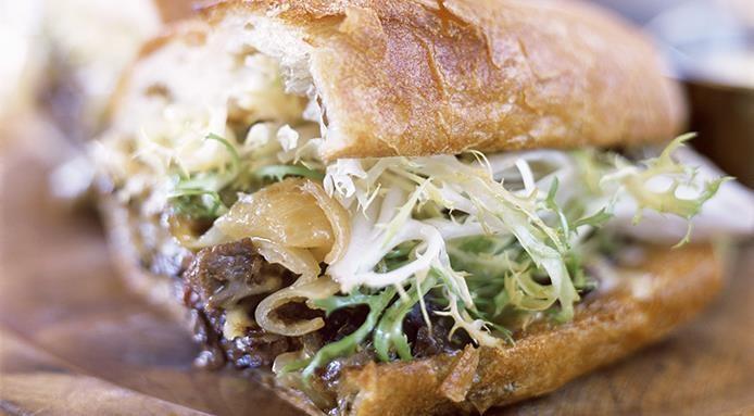 Sandwich au boeuf et aux oignons