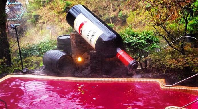 Au Japon, un spa propose un bain dans une piscine de vin